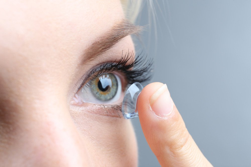 5 Healthy Makeup Habits for Contact Lens Wearers